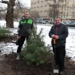 Громадин А.В. и Назаров В.Ю. посадили деревце.